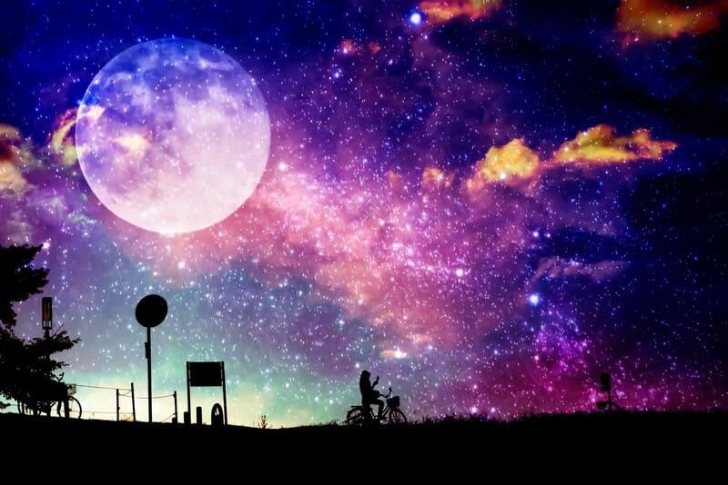 月と天の川とシルエット