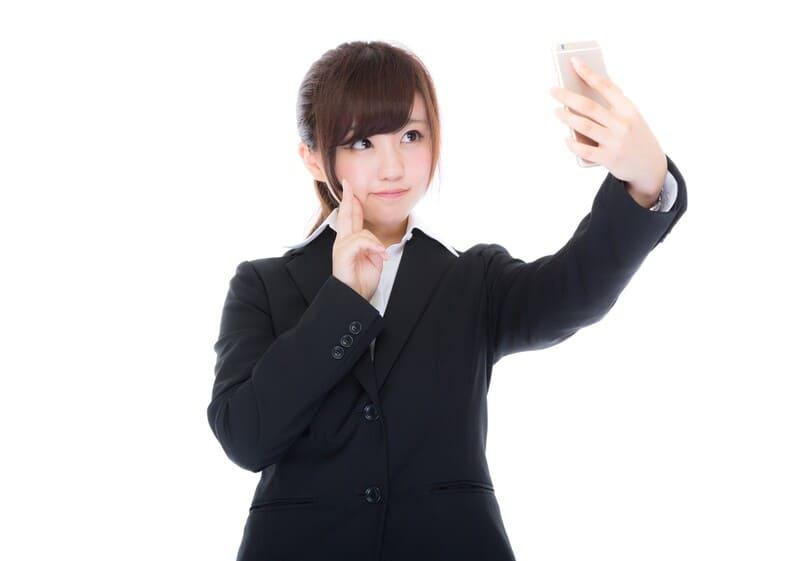 スーツを着て自撮りしている女性