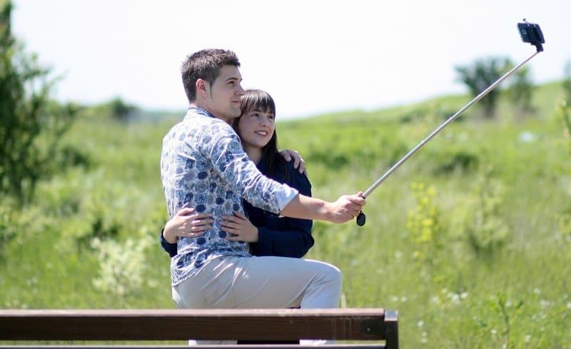 自撮り棒を使っているカップル