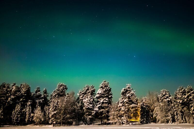 ぼんやりと夜空に浮かぶ拡散オーロラ