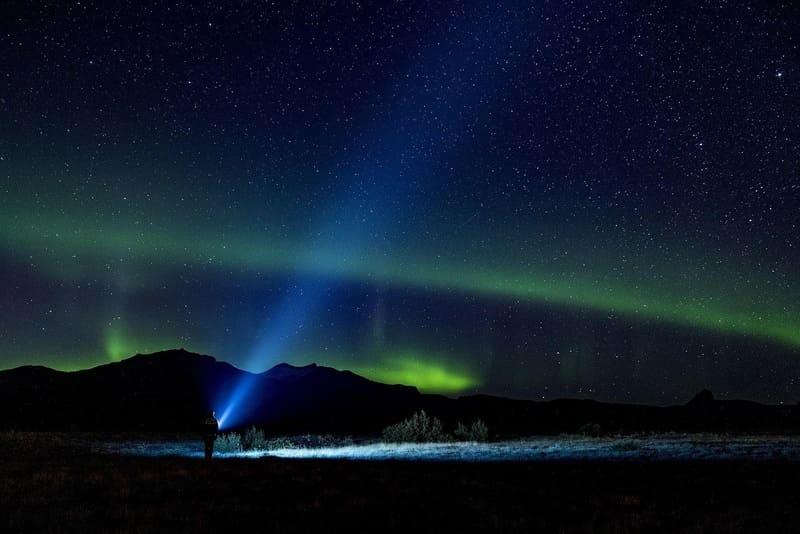 帯状のオーロラと青い懐中電灯
