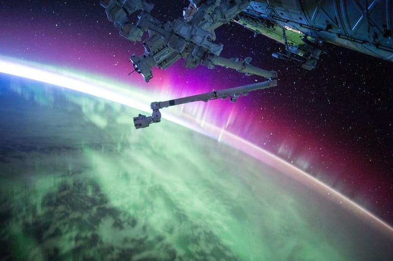 宇宙から見た地球のオーロラ