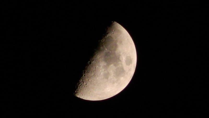 真夜中に浮かぶきれいな半月