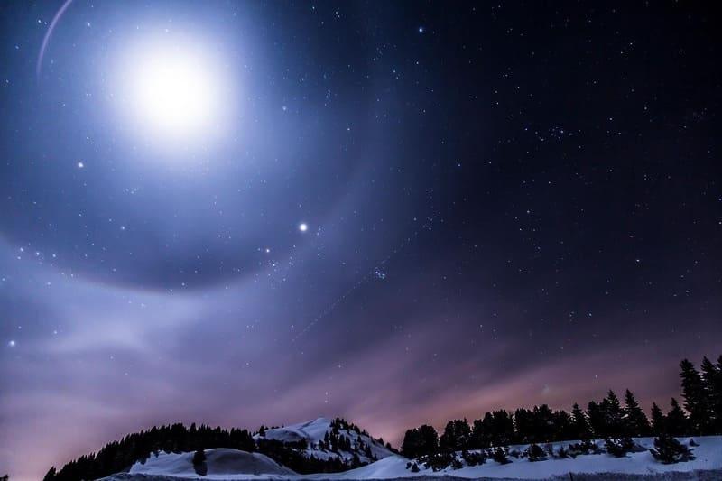 冬の満月と月暈