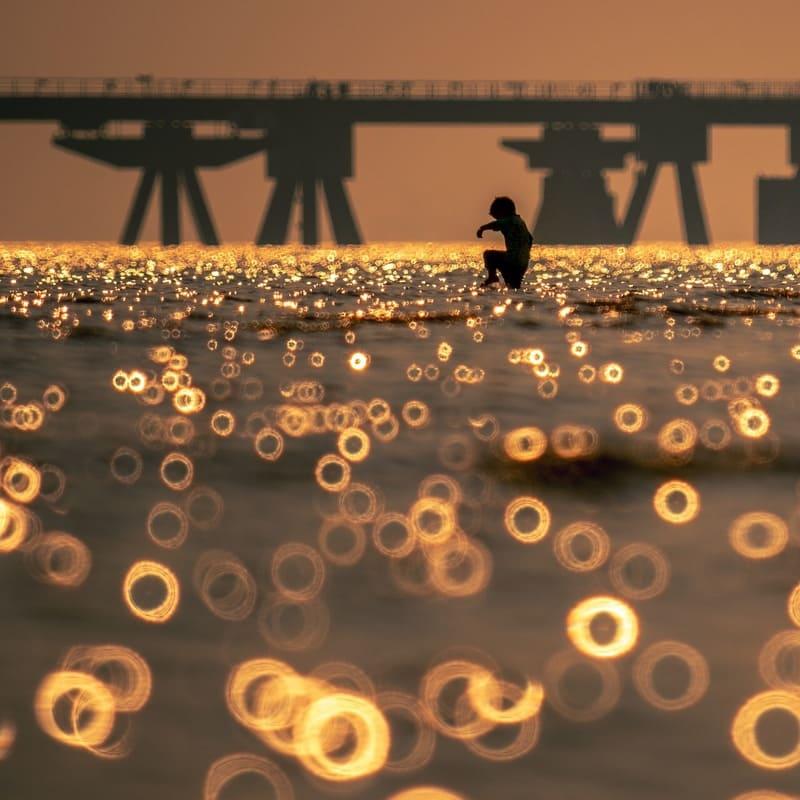 ミラーレンズで撮影した海と二重丸型のボケ