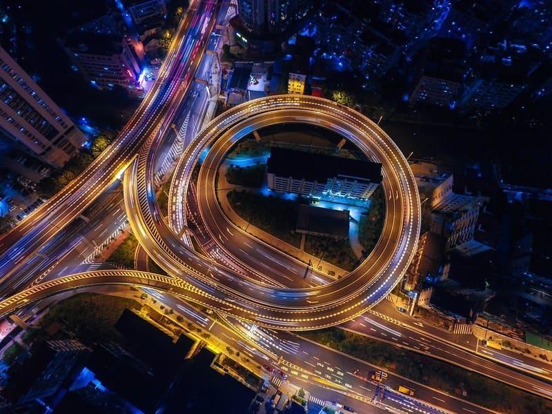 上空から撮影した道路の夜景