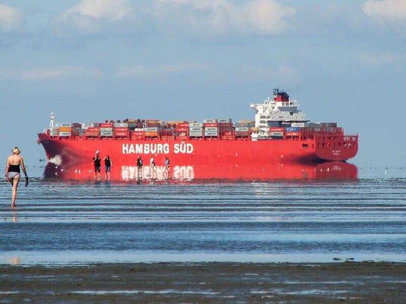 会場に浮かぶ大型の船と蜃気楼