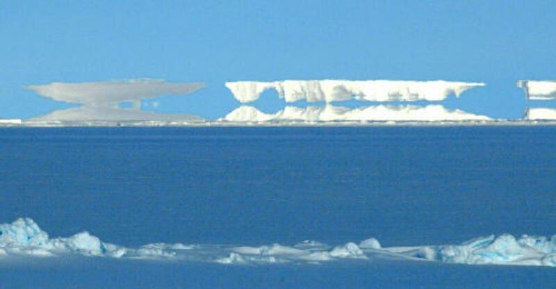南極で撮影された氷山の上位蜃気楼
